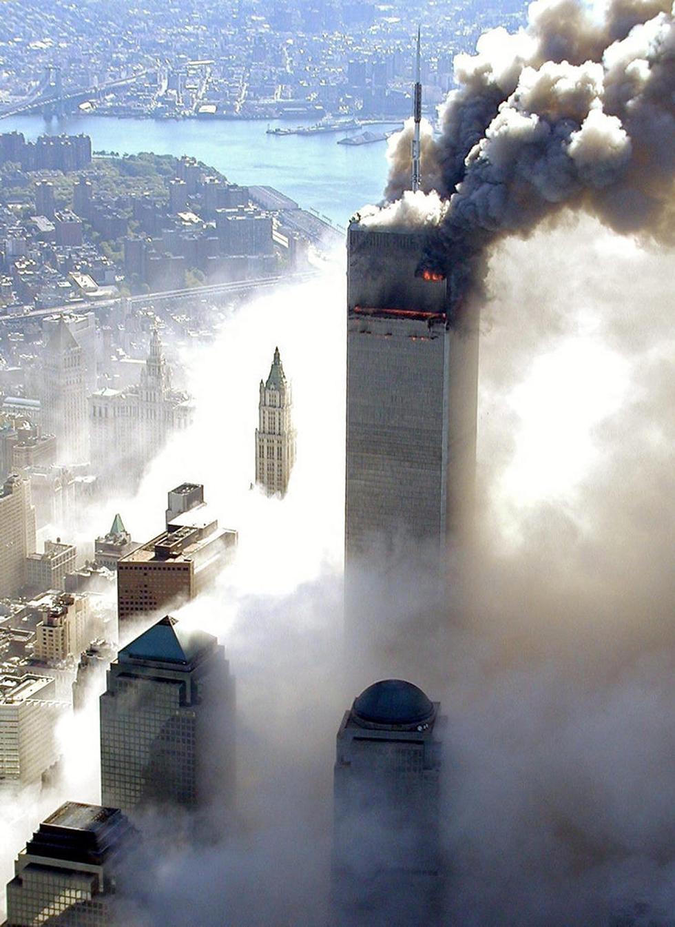 Пожар в одной из башен. Фото: EPA (Photo: EPA)