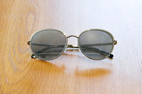 """משקפי שמש, שאנל. """"אני מקבלת מתנות מתוקף היותי מפורסמת. את המשקפיים האלה קיבלתי מחנות בתל אביב"""" (צילום: ענבל מרמרי)"""