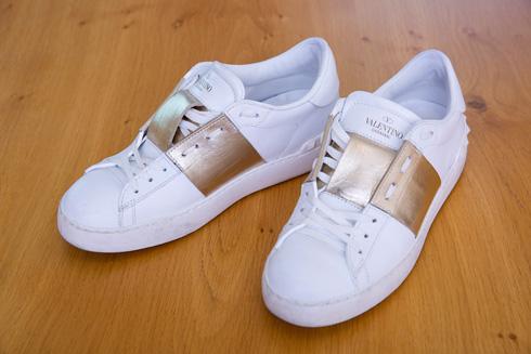 """נעלי סניקרס, ולנטינו. """"יש לי בארון שבעה זוגות של המותג"""" (צילום: ענבל מרמרי)"""
