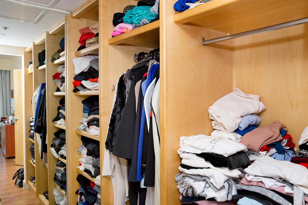 """""""הנעליים, התיקים והתכשיטים חייבים להיות הטובים ביותר, ואז כל בגד שתניחי על עצמך יכול להיות פשוט"""". הארון של לוי (צילום: ענבל מרמרי)"""