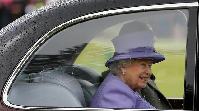כאן היא דווקא תועדה במושב האחורי. המלכה בסקוטלנד (צילום: רויטרס) (צילום: רויטרס)