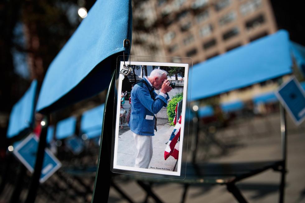 מיצב לזכר ביל קנינגהם: תמונתו הוצמדה ל-50 כיסאות כחולים כדי לסמל את חסרונו (צילום: Gettyimages)