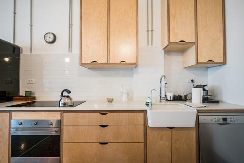 """""""אני כל יום מבשלת אוכל טרי, כך שאני לא צריכה מטבח גדול עם שלל מקפיאים"""" (צילום: איתי סיקולסקי)"""