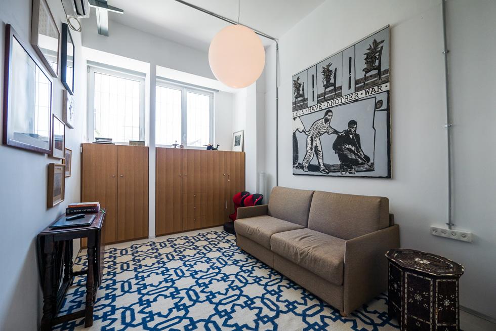 """""""לפני שנתיים נכנסנו לכאן, ואז עזבנו לדירה שאני מאוד אוהבת בכיכר דיזנגוף, אבל הייתי חייבת שיהיה לי חדר עבודה, אז חזרנו לכאן"""" (צילום: איתי סיקולסקי)"""