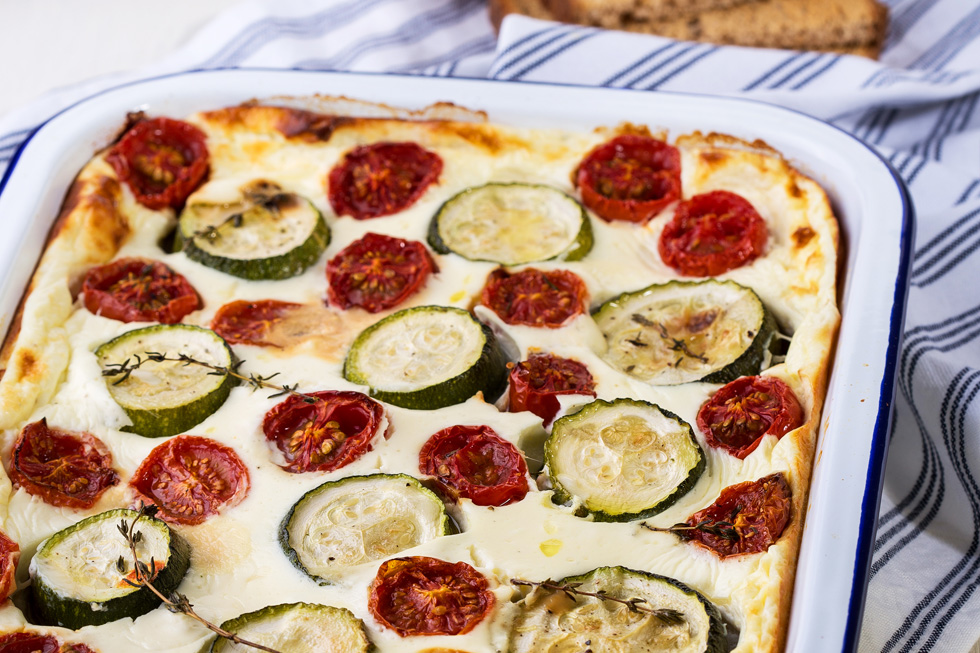 פשטידת גבינה, זוקיני ועגבניות על לחם (צילום: שרית גופן מתכון וסגנון: נעמה רן)