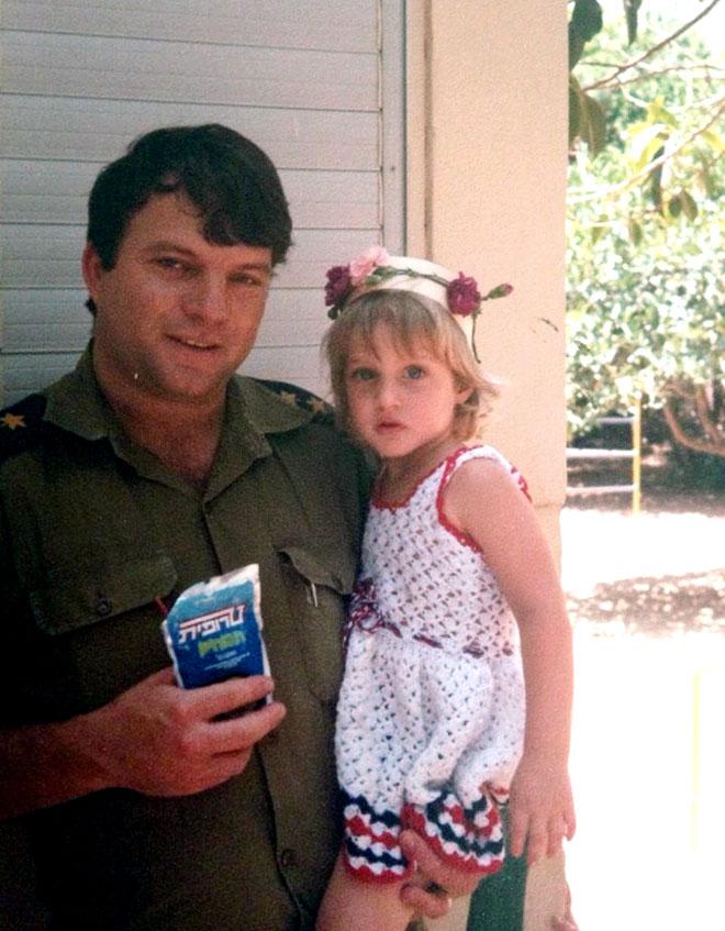 """יונית צוק, תמונת ילדות עם אביה. """"הייתי ילדת טבע"""" (צילום: מתוך האלבום המשפחתי)"""