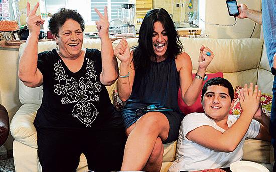 משפחת שזירי חוגגת את המדליה בביתה   צילום: ישראל יוסף