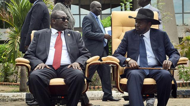 סכסוך הדמים עדיין לא הסתיים. נשיא סודן סלבה קיר (מימין) וסגנו לשעבר ריק מצ'אר (צילום: AP)