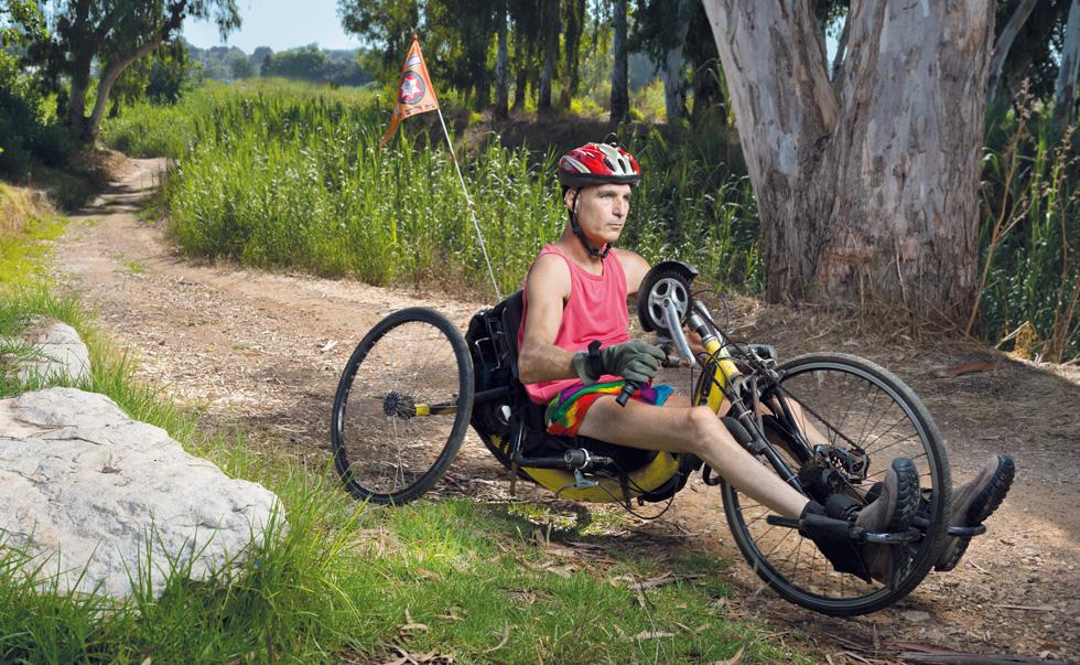 """רוכב 30 ק""""מ, פעמיים בשבוע, ואף הקיף את הכנרת כמה פעמים, """"אבל מעולם לא באופן תחרותי, כי זו לא המטרה""""  (צילום: יונתן בלום)"""