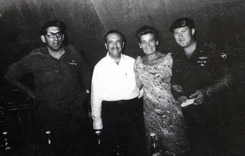 """רוטנברג באירוע למען צה""""ל בקריית אונו. ראשון משמאל: האלוף רחבעם זאבי (גנדי) (צילום רפרודוקציה: אביגיל עוזי)"""