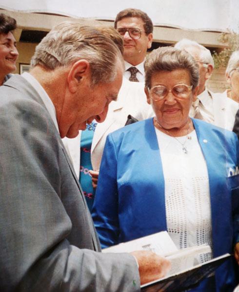 עם הנשיא חיים הרצוג, שהעניק לה תעודת הוקרה על פעילותה (צילום רפרודוקציה: אביגיל עוזי)