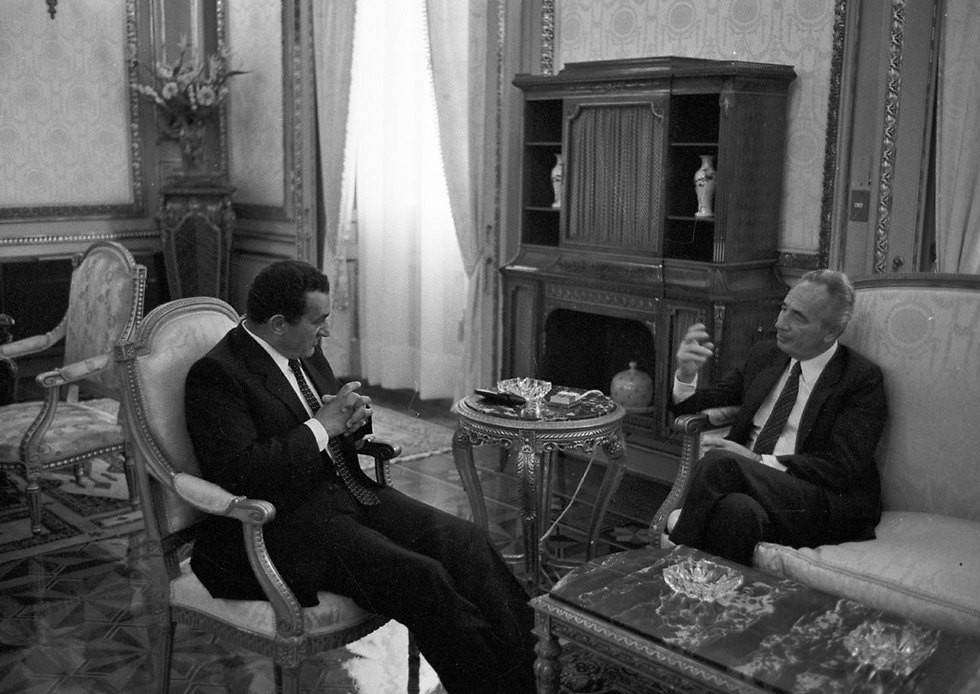 Then-Egyptian President Hosni Mubarak hosting Peres at his palace in Cairo in 1986 (Photo: David Rubinger)