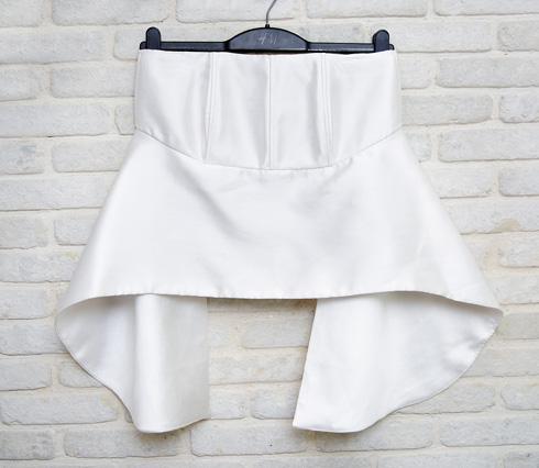 """חולצה לבנה, נרכשה אונליין. """"אם בוחרים פריט אחד שהוא הטעם שלי במדויק, זאת היא"""" (צילום: ענבל מרמרי)"""