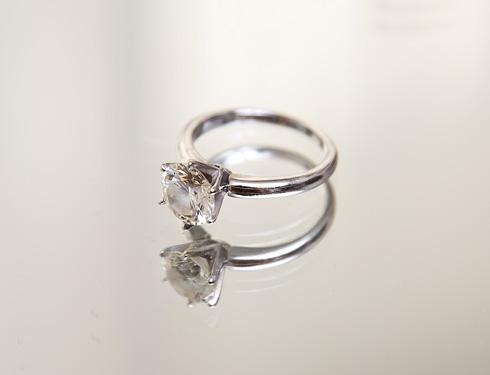 """טבעת אירוסין. """"אמרתי לחברה שתגיד לגיא שיוסיף יהלומים גם על הטבעת עצמה, אבל הוא סירב. אני שמחה שלא, כי זה יצא מושלם, נקי וטבעי. מוש ממש"""" (צילום: ענבל מרמרי)"""