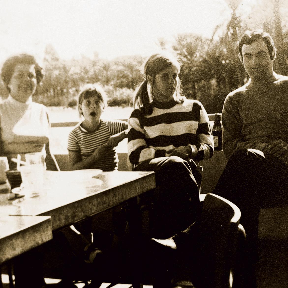 """סמדר (מימין) ומירב בצעירותן, עם אמן שולמית ז""""ל. """"ההורים נסעו והשאירו אותי איתך ועם בעלך הטרי"""""""