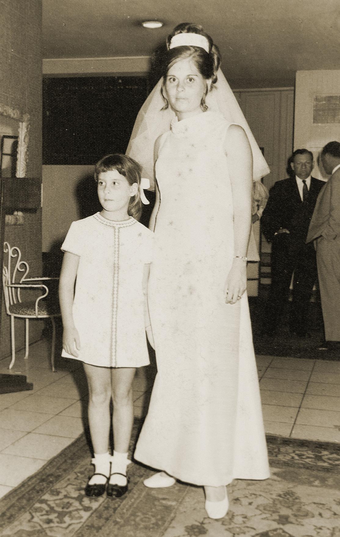 סמדר (מימין) ומירב בצעירותן, בחתונתה של סמדר