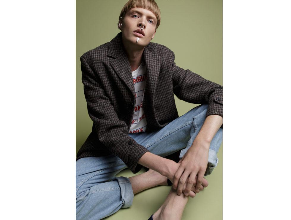 ז'קט, H&M סטודיו; מכנסי ג'ינס, אמריקן אפרל; חולצה, זארה; חגורה, דיזל; תכשיטים, מאיה גלר (צילום: דניאל קמינסקי)