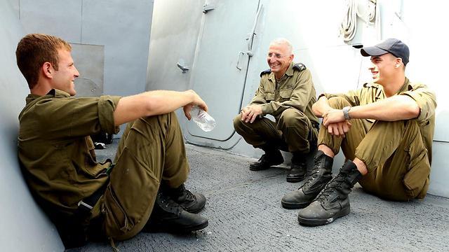 בלי דיסטנס. האלוף והחיילים הצעירים (צילום: אלעד גרשגורן) (צילום: אלעד גרשגורן)