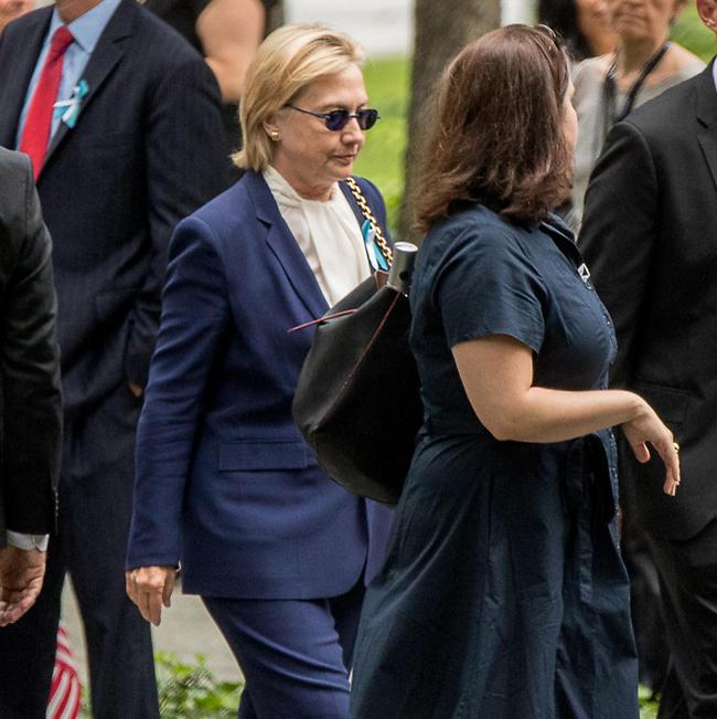 הסתירה ונפגעה. הילרי קלינטון באירוע זכרון לחללי מתקפת ה-11 בספטמבר (צילום: AP)