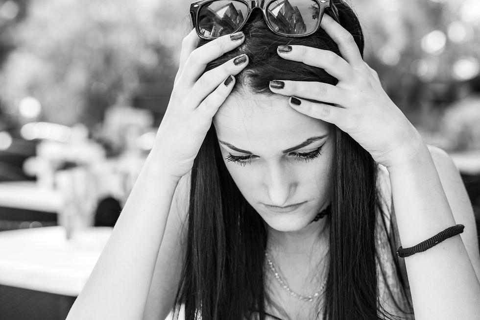 האושר שלה התחלף מהר מאוד בחשדנות ובחוסר אמונה (צילום: Shutterstock) (צילום: Shutterstock)