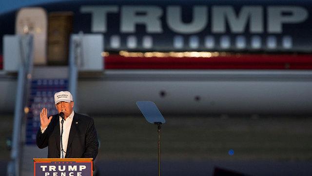 טראמפ וברקע מטוסו הפרטי (צילום: AP) (צילום: AP)