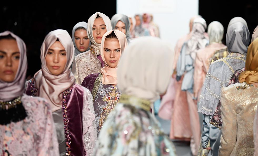 """החיג'אב כחלק מאופנה """"חילונית"""". התצוגה של אניסה הסיבואן בניו יורק (צילום: Gettyimages)"""