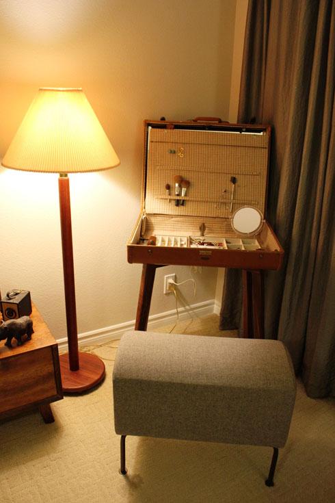 המזוודה שהפכה לשידת איפור (צילום: קרן ודניאל סינגר)