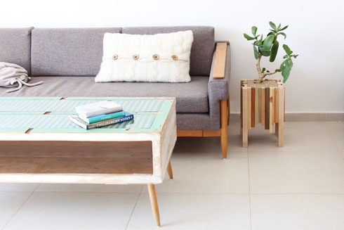 הספה הנטושה וארגז הרוח שהפך לשולחן בבית סינגר (צילום: קרן ודניאל סינגר)
