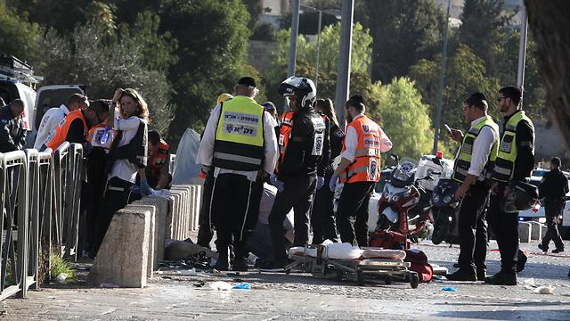 זירת הפיגוע בשער הפרחים (צילום: AFP) (צילום: AFP)