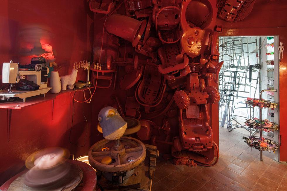 האמנים לימור תמיר ויניב עמר מילאו את עשרת חדרי המבנה בכיסאות גלגלים, הליכונים, בובות כרותות ראש, צעצועים מפורקים וכאלה שהורכבו מחדש באופן לא הגיוני  (צילום: טל ניסים)