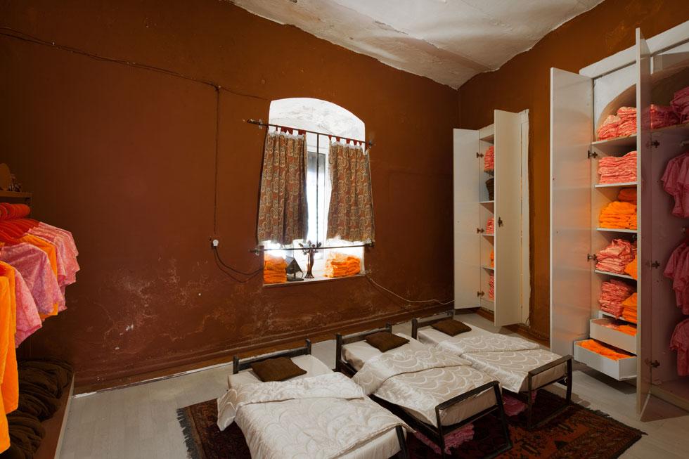 במרכז החדר שעל דלתו תלוי שלט עם השם ''דורה'' עומדות שלוש מיטות קטנות וסביבן ארונות מלאים בבגדיה של כוכבת סדרת הילדים המפורסמת (צילום: טל ניסים)
