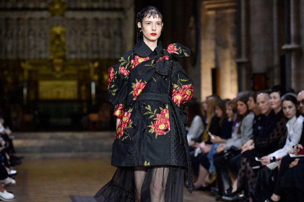 אחד הקולות הבולטים והמקוריים בסצנת האופנה הבריטית. תצוגת אביב-קיץ 2017 של סימון רושה (צילום: Gettyimages)