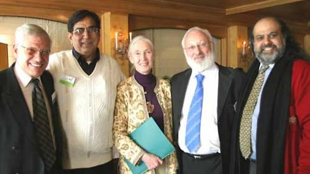 """הרב לייטמן עם חלק מחברי """"מועצת חכמי העולם"""" בכנס שנערך בארוסה, שוויץ.  (צילום: קבלה לעם)"""