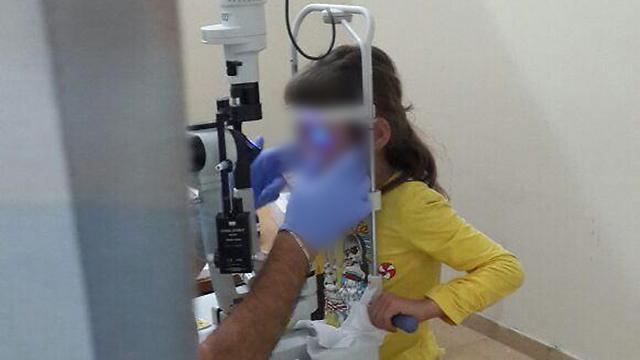 ילדה סורית מקבלת טיפול עיניים
