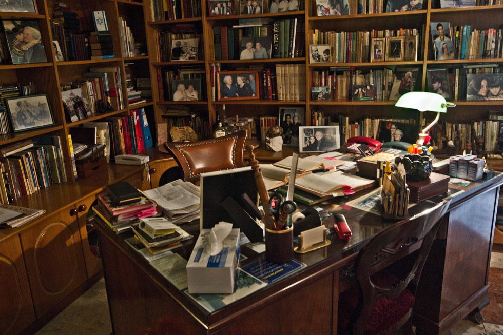 """חדר העבודה של נתן יונתן בבית ביהוד שבו גר בשנותיו האחרונות. """"צביקה פיק לקח אותו למקום אחר"""", אומר בנו זיו, """"רחוק מהשיבולים ומהאלונים"""" (צילום: טל שחר)"""