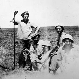נוימן (עומד במרכז) בימים הראשונים להקמה