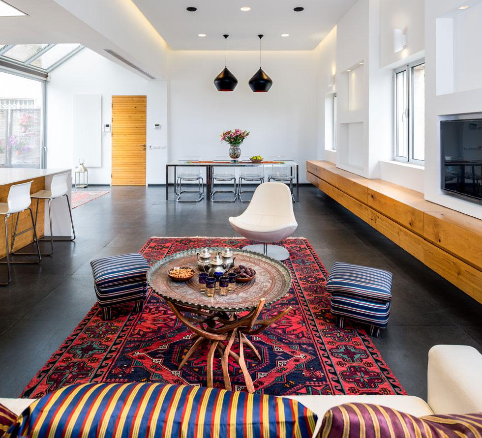 הדירה הייתה במקור בת 50 מטרים רבועים, במה שהיו פעם חדר משרתים וחדר כביסה של בית מידות ערבי בשכונת טלביה. היא שופצה והוגדלה ב-1967 וב-2011 (צילום: איתי אבירן)