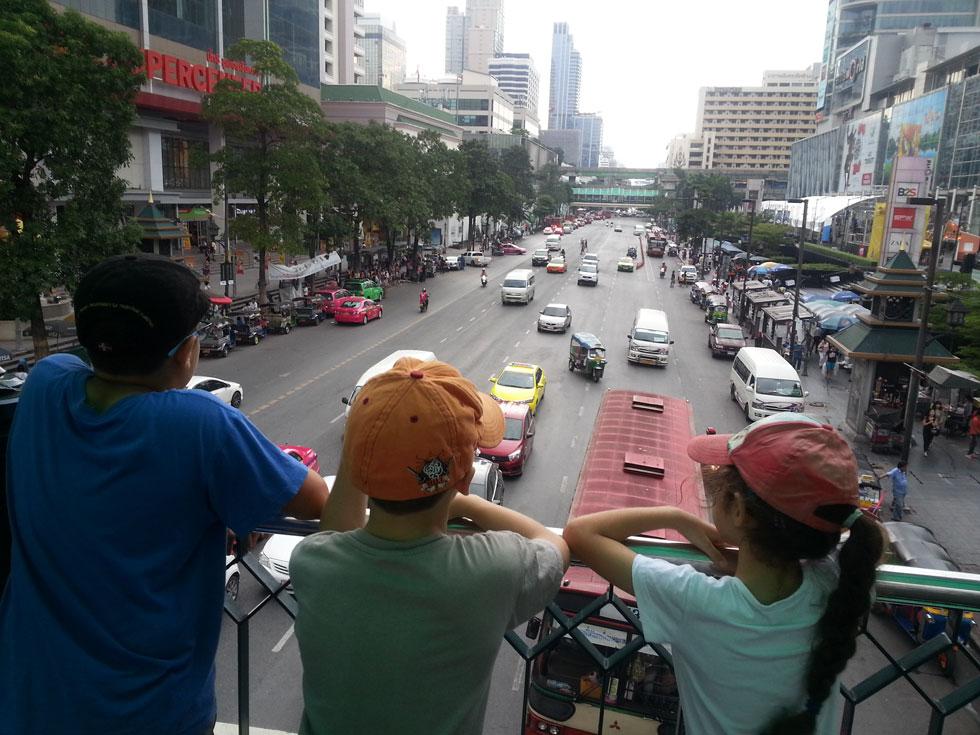 """בנגקוק, תאילנד. """"בכל אחד מהיעדים הילדים לומדים את ההיסטוריה, הגיאוגרפיה והתרבות של המקום, כך שיש להם המון ידע כללי"""" (צילום: ניצן עיני)"""
