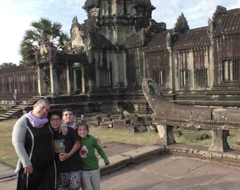 """זהר כרמי והילדים במקדשי אנגקור בקמבודיה. """"חלאס מקדשים"""" (צילום: ניצן עיני)"""