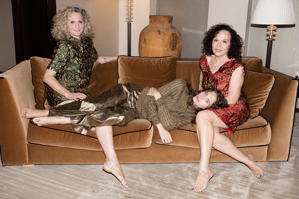 חיה בירן בשמלה, פראדה בהלגה עיצובים. ענת בירן פרוסט בחליפה, פראדה בהלגה עיצובים. נעם פרוסט בסוודר, בלמן, ומכנסיים, פיליפ לים בהלגה עיצובים  (צילום: יניב אדרי)