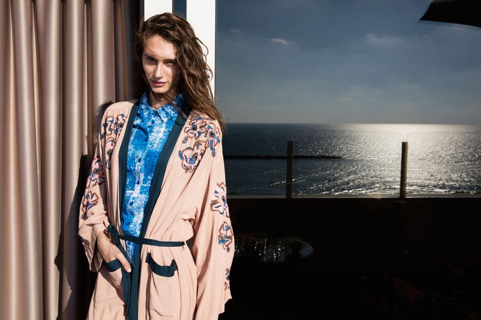 קימונו, H&M; חולצה, הוניגמן (צילום: יניב אדרי)