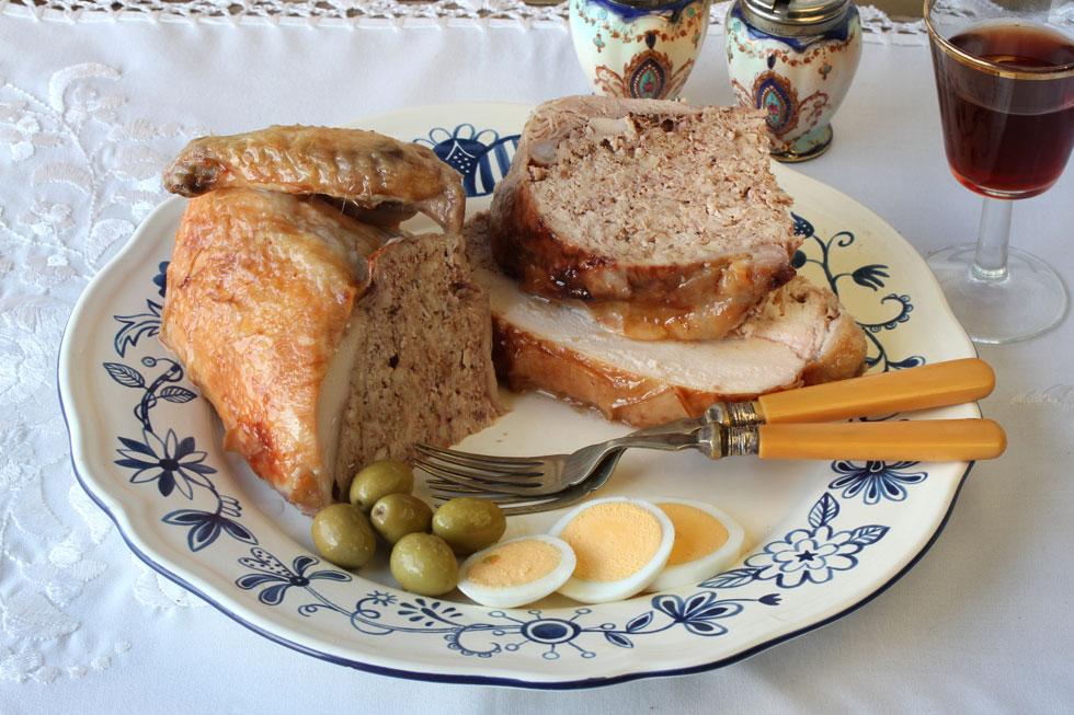 עוף ממולא בחזה עוף וקורקבנים (צילום, סגנון והכנה: אסנת לסטר)