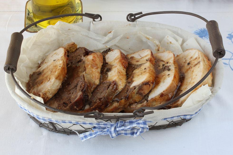 עוף ממולא בשר, אגוזים ופירות יבשים (צילום, סגנון והכנה: אסנת לסטר)