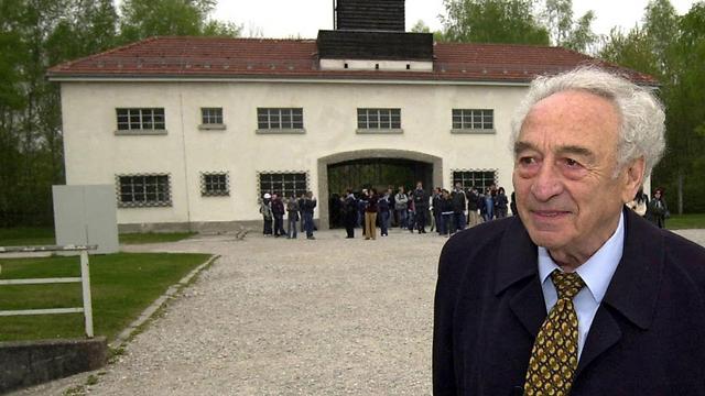 מקס מנהיימר מחוץ למחנה דכאו (צילום: EPA) (צילום: EPA)