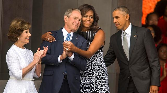 הנשיא הרפובליקני הוריש לאובמה משבר כלכלי, מלחמות ואיומי טרור איסלאמי. משפחות אובמה ובוש (צילום: EPA)