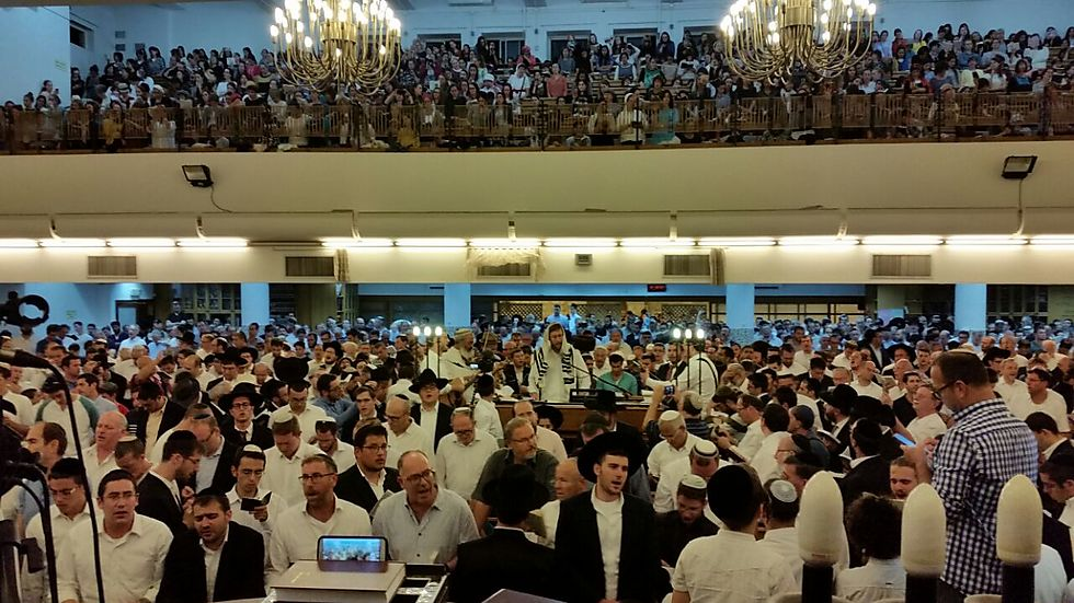 בית הכנסת מלא מפה אל פה (צילום: אלי מנדלבאום) (צילום: אלי מנדלבאום)