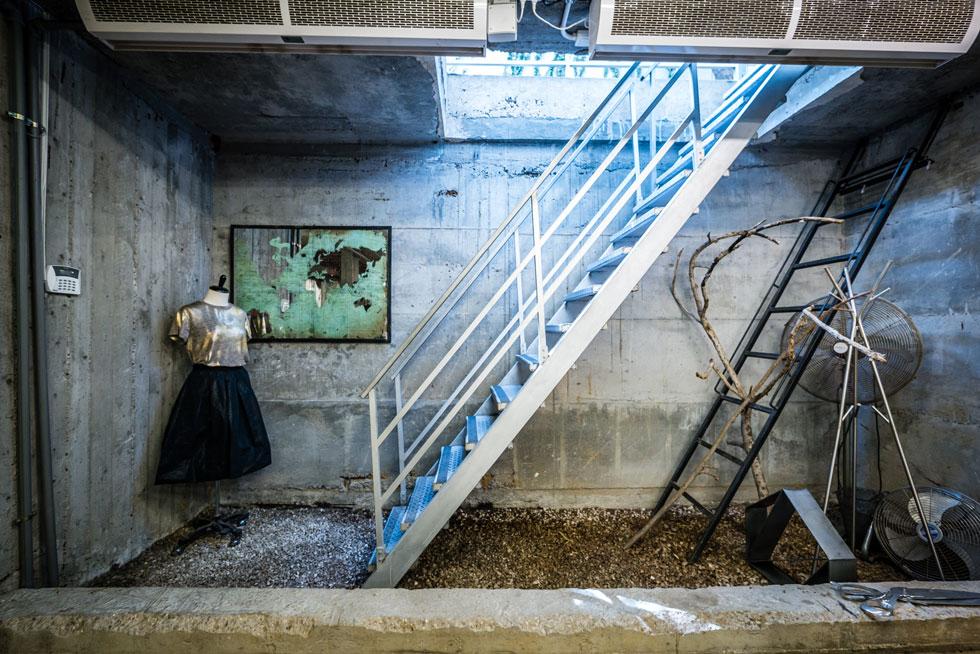 הירידה אל הסטודיו, שנמצא בחלל רחב ידיים מתחת לאדמה (צילום: איתי סיקולסקי)