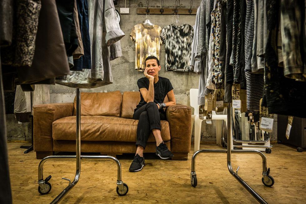 """תמי חומסקי בסטודיו שבביתה. """"בגדים אני לא יכולה לקנות, כי אני לובשת רק את העיצובים שלי"""" (צילום: איתי סיקולסקי)"""