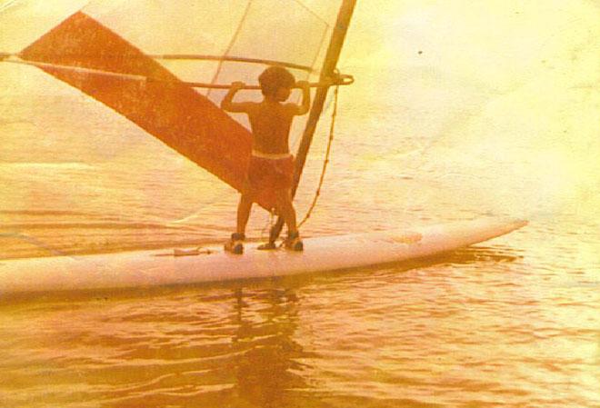 """הילד גל פרידמן על הגלשן. """"הים והגלישה היו כל מה שרציתי"""" (צילום: אלבום פרטי)"""