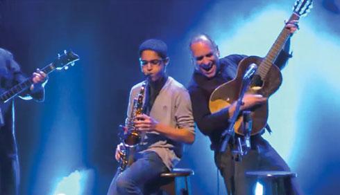 רז מנגן בסקסופון לצד דויד ברוזה (צילום: אלבום פרטי)